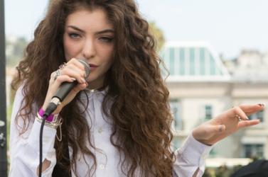 Tizenöt éve Lorde a legfiatalabb előadó a brit slágerlista élén