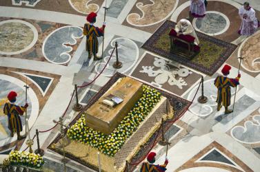 Zarándokok menete a boldoggá avatott II. János Pál koporsója előtt