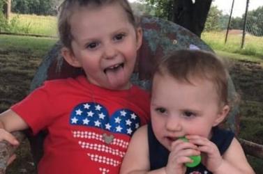 SZÖRNYŰ: Az édesanya aludt, amíg kislányai a felforrósodott autóban szenvedtek – az egyik gyerek meghalt