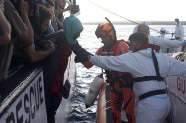 Robbanásközeli a helyzet a menekültekkel teli, veszteglő hajón