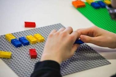 Látássérült gyerekeknek fejleszt építőkockákat a Lego