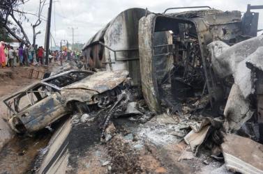 SZÖRNYŰ: Felrobbant egy tartálykocsi, legalább 28-an meghaltak