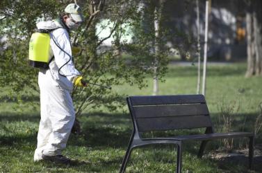 Fertőtlenítik a szeméttárolókat, a padokat és a buszmegállókat Léván
