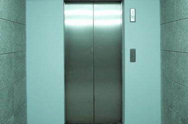 Megvadult az emberekkel teli lift Győrben