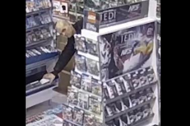 Okostelefonokat loptak egy bevásárlóközpontban – a rendőrség ezt a két férfit keresi (videó)
