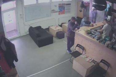Felismered? A fickó feltört egy szekrényt az edzőteremben, több mint ezer euróval lépett meg (videó)