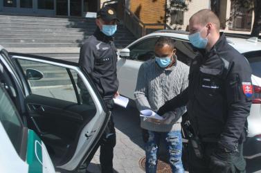 Luníki romák rontottak rá romákra, majd a kiérkező rendőrök egyikét is megtépték!