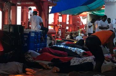 Partra szállhattak a menekültek Máltán, hat ország fogadja be őket