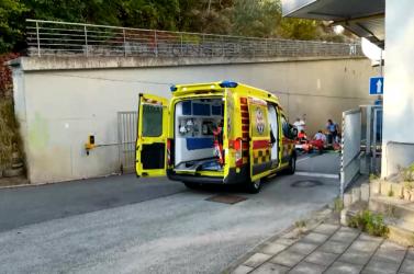 A bevásárlóközpont tetejéről a betonútra zuhant egy 15 éves lány, kritikus állapotban került kórházba