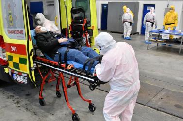 A mentősök olyan embert próbáló karácsony előtt állnak, amilyenre eddig még nem volt példa