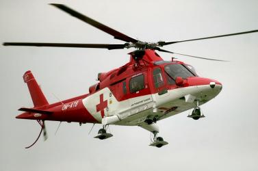 Lezuhant egy ház tetejéről a 45 éves férfi, mentőhelikopterrel szállították kórházba