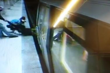 Vérfagyasztó: Hajszálon múlt, hogy nem gázolta halálra a nőt a metró (videó 18+)