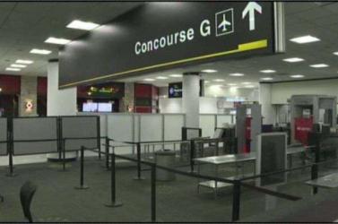 ÉSZBONTÓ: Meztelenre vetkőzött egy nő a miami reptéren – VIDEÓ 18+
