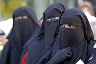 Betiltották a teljes arcot elfedő kendőt a tunéziai állami intézményekben