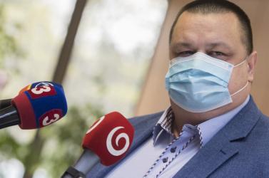 A negatív koronavírusteszt ellenére továbbra is karanténban marad a tiszti főorvos