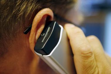 Tilos lesz kerékpározás közben mobiltelefonozni Hollandiában