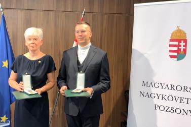 Vörös Mária és Molnár Tamás Magyar Arany Érdemkeresztet kapott Áder Jánostól