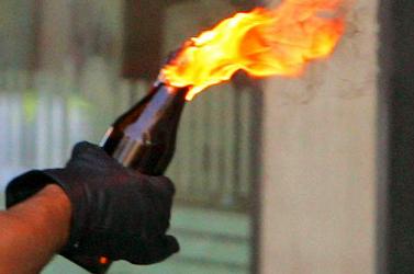 Molotov-koktéllal köszönt be, majd nyakon szúrta a háziurat