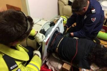 Szorult helyzetbe került a férfi – tűzoltók mentették ki a mosógépből