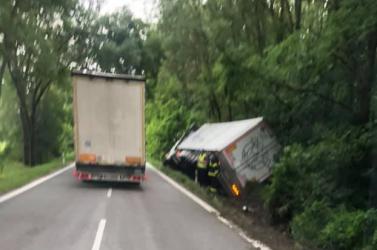 BALESET: Kamion borult az árokba Nádszegnél
