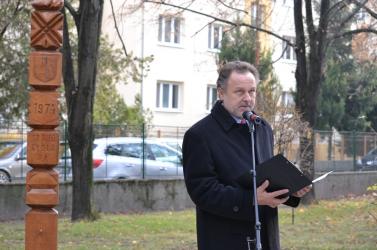 40+1 éve ugyanott okulnak a lurkók – Emlékoszlopot állítottak a Szabó Gyula Alapiskolánál