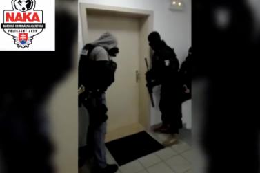 Illedelmesen bekopogtak a kommandósok, majd lecsaptak a gyanúsítottra (VIDEÓ)