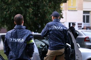 Különös akció: a NAKA rendőrautójában keresték a körözés alatt álló gyanúsítottakat a fegyveres rendőrök