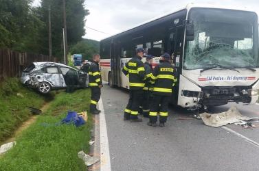 Súlyos baleset: busznak csapódott egy autó, asofőr kirepült a járműből