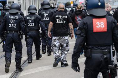 Neonáci uszítás miatt felfüggesztettek 29 rendőrt Németországban