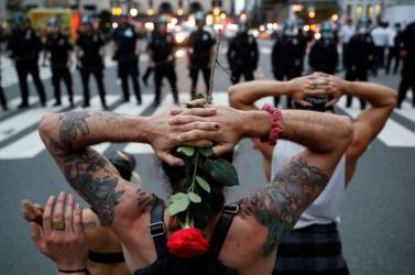 Amerikai tüntetések - Dallas és Seattle felfüggeszti a könnygáz használatát, New York államban törvény született a rendőrök felelősségre vonhatóságáról