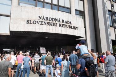 Annyira tiltakozott a parlamentnél egy nő aCovid-igazolvány ellen, hogy meg is gyanúsították őt a rendőrök