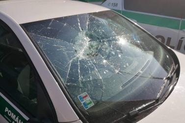 Két zsarukocsi ablakát is betörte egy férfi a rendőrség épülete előtt