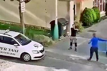 Egy nő miatt kapott hajba két férfi az utcán, egyikük pedig fegyvert rántott – aztán megérkeztek a rendőrök (videó)