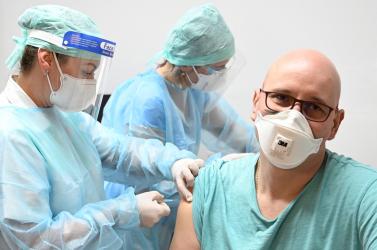 Kedden három koronavírusos egészégügyi dolgozó halt meg, velük együtt 30 elhunyt kolléga esetét vizsgálják!
