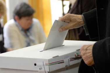 Hatkor megnyíltak a szavazókörök - önkormányzati választást tartanak Magyarországon