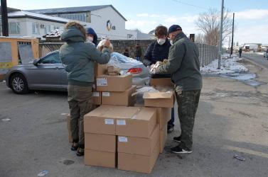 Adományt kapott a karcsai úti roma közösség, a lakók örömmel fogadták a friss pékárut