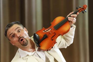 Papa különböző hangszereken hegedül – Soóky László monodrámája Dunaszerdahelyen