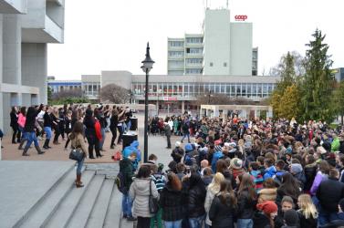 One Billion Rising: Több száz iskolás táncolt a nőkért a téren!