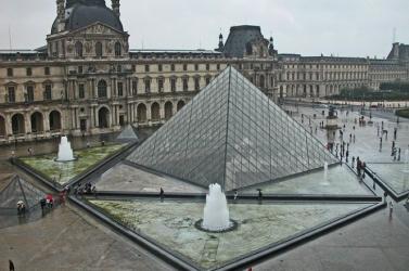 Nem nyitott ki vasárnap reggel a párizsi Louvre