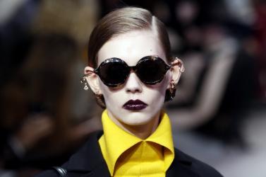 Sötét rúzs és fehér arc dominált az új Dior-kollekció bemutatóján