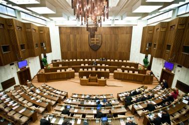 A képviselők fizetése mellett a parlament több alkalmazottjának sincs oka a panaszra