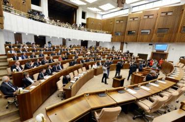 Fóliát és baktériumölő lámpákat is bevetnek ma a parlamentben a Covid-19 ellen!