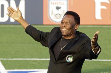 Szobrot kapott Pelé a brazil szövetség épülete előtt