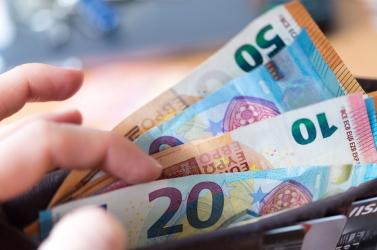 Közel 300 ezer eurót emelt le az ügyfelek számláiról egy banki alkalmazott