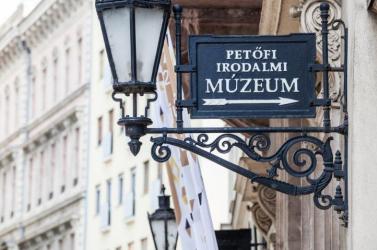 Két szlovákiai magyar kedvezményezett a Petőfi Irodalmi Múzeum ösztöndíjasai között