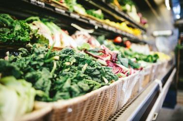Élelmszerboltban könnyített magán egy férfi, 160 kilónyi zöldséget tett eladhatatlanná
