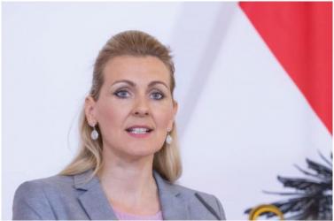 Plágiumbotrány miatt lemondott az osztrák munkaügyi miniszter