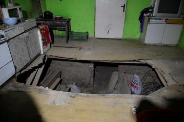 Beszakadt egy családi ház padlója, többen megsérültek