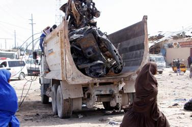 Autóba rejtett pokolgép robbant Szomáliában, legalább 61 halott!