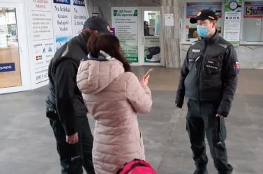 Több száz ember COVID-19-tesztjét ellenőrizték a rendőrök az egyik legrosszabb járásban